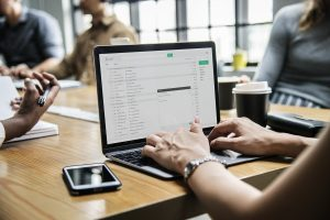 IT-Spezialisten bewegen sich insbesondere im Zeitalter der Digitalisierung zunehmend an der Schnittstelle zwischen IT und Management. Wir bringen Ihnen die erforderliche Kenntnisse und praktische Erfahrungen bei.